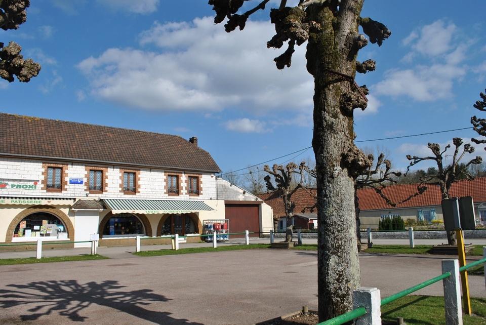 Gîte à Montcavrel, épicerie et boulangerie sur la place du village