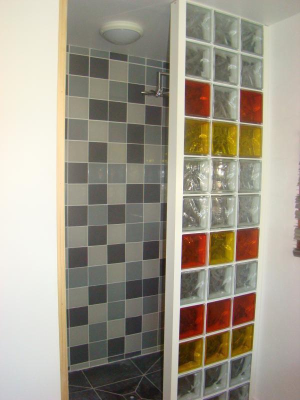 La salle de bain du gîte est aussi équipée d'une grande douche à l'italienne