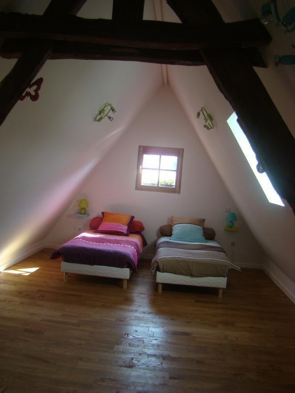 La troisième chambre du gîte est située à l'éatge et est aménagée de deux lits jumeaux