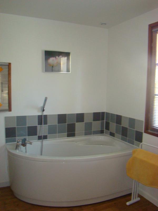 Le gîte est équipé d'une grande salle de bain au rez-de-chaussé avec un grand bain en coin